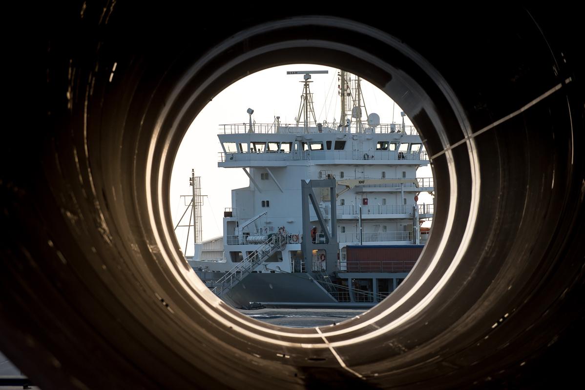 Vue du navire à travers le monopied de l'éolien, port maritime de la Rochelle
