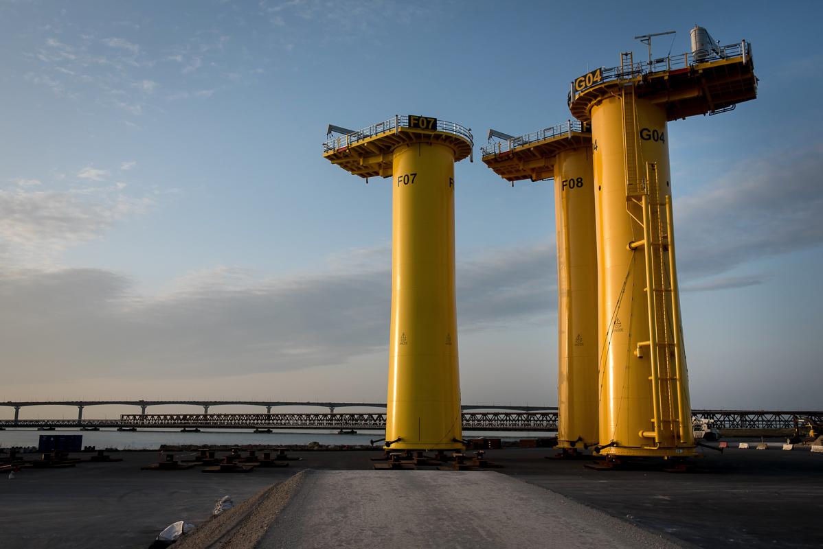 Trois pièces de transition des éoliennes offshore, grandes structures jaunes, stockés sur site au port maritime de la Rochelle